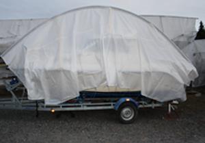 Täckt motorbåt på trailer