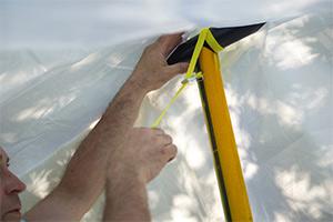 Montera stöden mot bär-röret i presenningens öppningar/fickor.